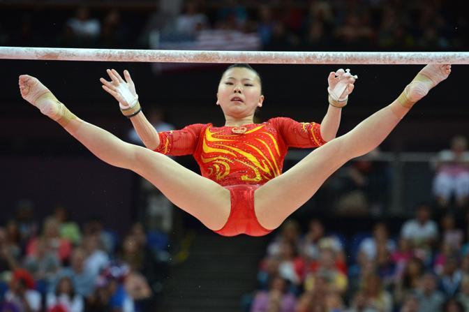 Sempre dalla Cina l'atleta He Kexin esegue il suo esercizio(Afp)