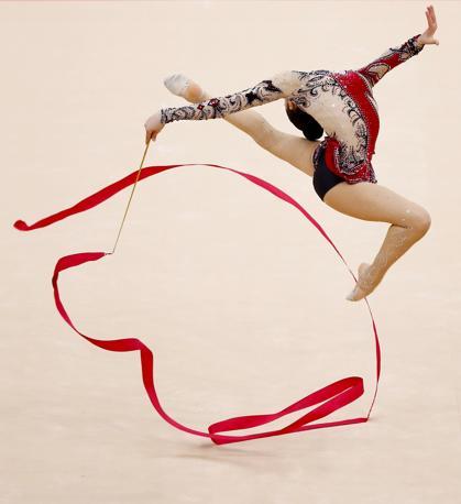 L'egiziana Yasmine Mohmed Rostom durante la sua esibizione con il nastro nella gara individuale di ginnastica ritmica alle OLimpiadi di Londra 2012 (Reuter)