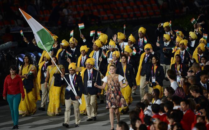 Pantaloni azzurri e camicia rossa, la misteriosa «imbucata» nella delegazione indiana (AFP PHOTO / CHRISTOPHE SIMON)