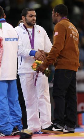 Lo statunitense Jordan Ernest Burroughs, medaglia d'oro nella lotta (categoria -74 kg) stringe la mano al secondo classificato, l'iraniano Sadegh Saeed Goudarzi  (Epa/Hollander)