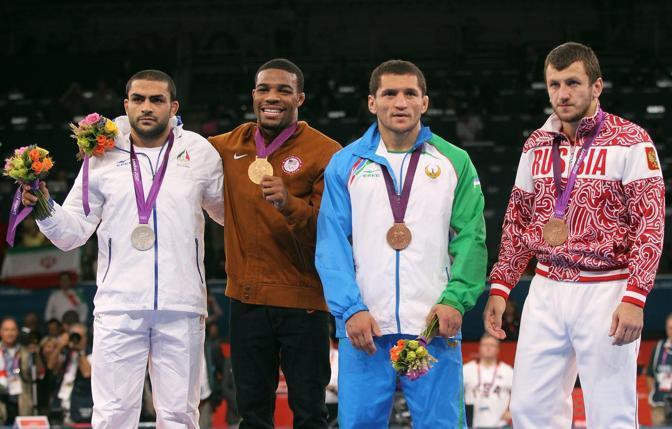Sadegh Saeed Goudarzi (argento),  Jordan Ernest Burroughs (oro), e i due atleti medaglia di bronzo Soslan Tigiev dell' Uzbekistan e Denis Tsargush della Russia (Epa/Panagiotou)