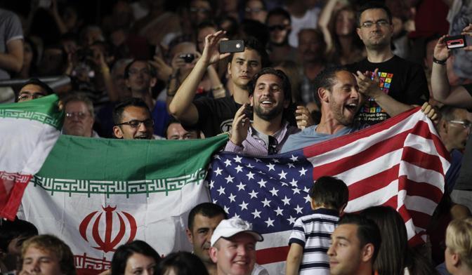 Sugli spalti le bandiere iraniane sventolano accanto a quelle statunitensi (Epa/Hollander)