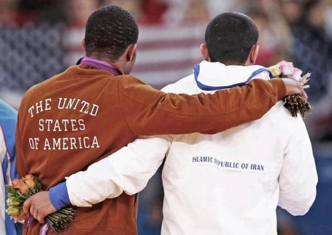 L'abbraccio tra l'iraniano e l'americano: un gesto che supera ogni tensione tra i due Stati