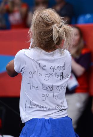 Le brave ragazze vanno in paradiso, le cattive ragazze a Londra»: la Tshirt con la scritta (a mano) mostrata da Rosalba (Afp)