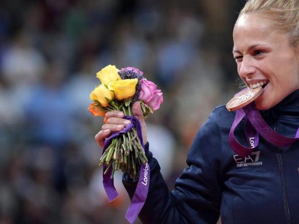 """Rosalba Forciniti """"addenta"""" la medaglia di bronzo (Ansa)"""