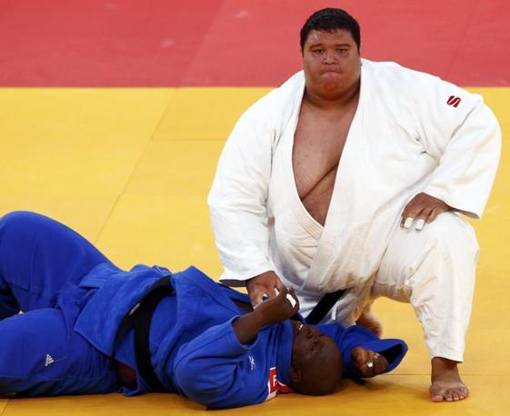 Sembrerebbe un lottatore di sumo, invece Ricardo Blas è un judoka di Guam, noto tra i suoi fan come «la Piccola Montagna». Sopra un'immagine della gara degli over 100kg  vinta contro Facinet Keita, della Guinea, ai Giochi di Londra 2012 (Reuters/Darren Staples)