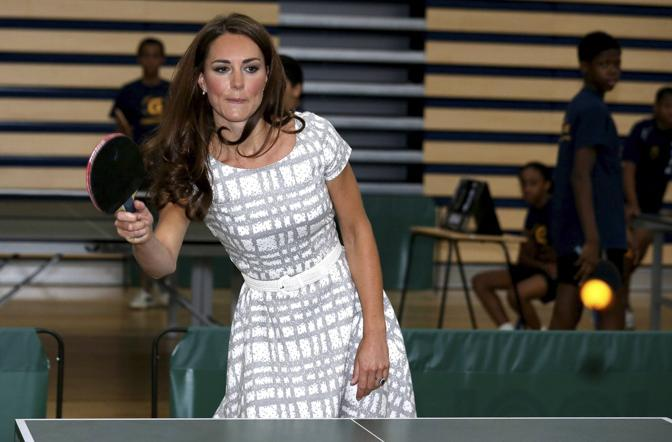 Kate Middleton, duchessa di Cambridge, impegnata in una partita a ping pong durante la visita al Bacon's college, in compagnia del marito William e del cognato Harry in qualità di ambasciatori olimpici, per inaugurare un programma per giovani aspiranti allenatori. I tre giovani di casa reale sono stati coinvolti in alcune discipline sportive (Reuters)