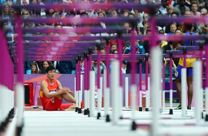 È probabilmete il miglior ostacolista del mondo. Ma alle Olimpiadi stecca ogni volta: una maledizione per Liu Xiang caduto all'inizio dei 110. Esattamente come a Pechino (Afp)