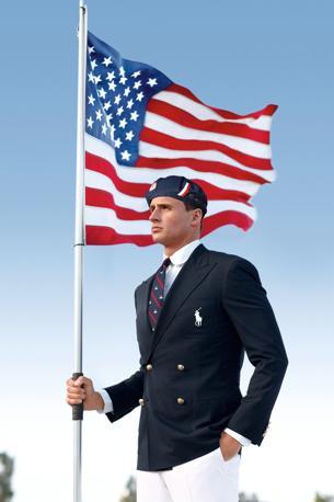 Ryan Lochte posa con la bandiera americana e la divisa ufficiale della nazionale americana firmata da Ralph Lauren (Ap)