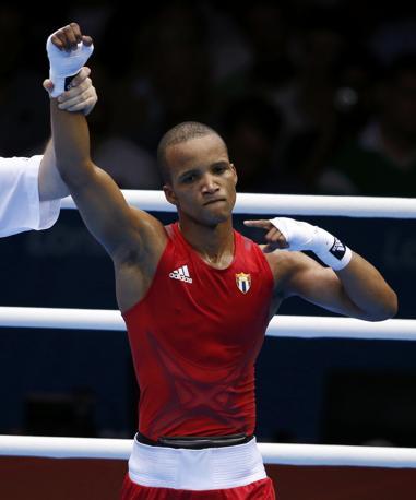 L'arbitro proclama Iglesias Sotolongo vincitore della semifinale (15-8) /(Reuters/Sezer)