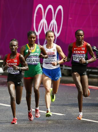 Mary Jepkosgei Keitany  (Kenya), Tiki Gelana (Etiopia), Tatyana Petrova Arkhipova (Russia) e Priscah Jeptoo (Kenya) in lotta per la vittoria (Epa)