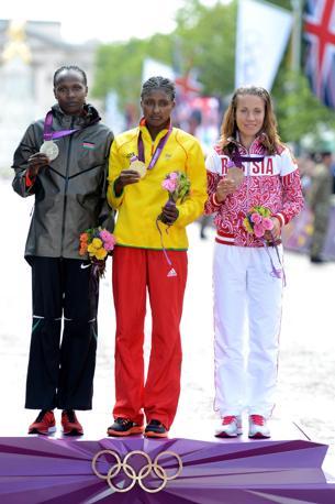 Il podio con Priscah Jeptoo, medaglia d'oro, Tiki Gelana, argento e Tatyana Petrova Arkhipova, bronzo ( Epa)