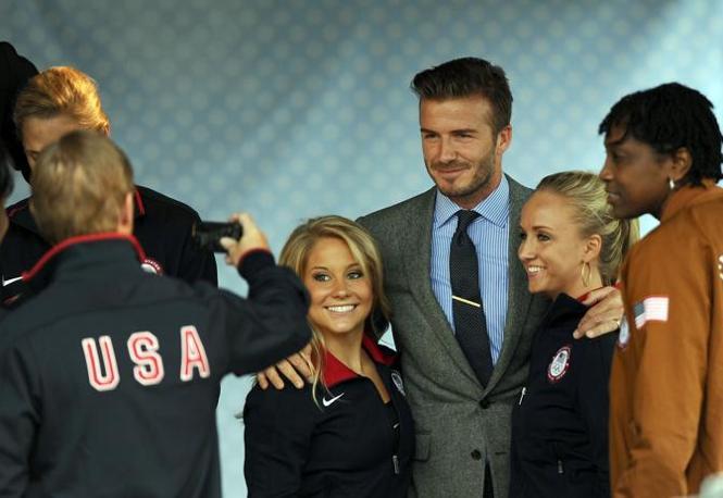 Foto di gruppo: David Beckham e le atlete (Afp/Samad)