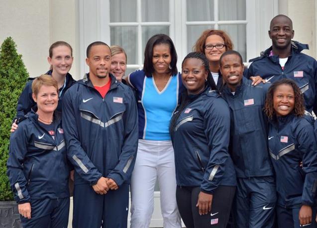 La First Lady in posa con la squadra olimpica (Afp/Samad)