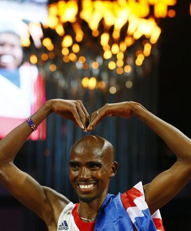 Farah ha mimato con le braccia le due lettere del suo nome sulla pista dello stadio Olimpico, ripetendo più volte il gesto (Epa/Okten)