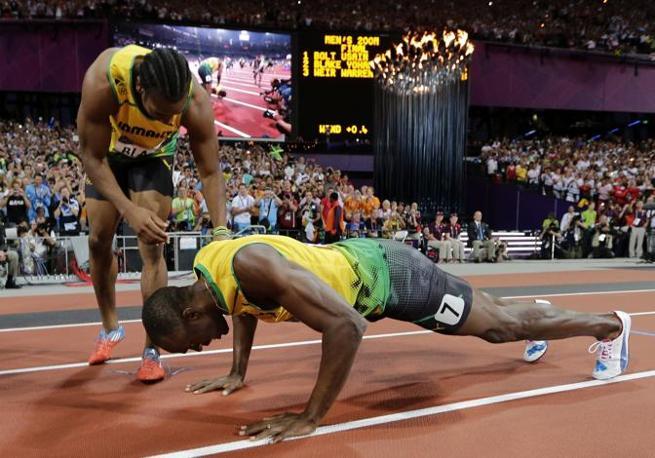 Ma dopo aver vinto i 200 metri, il giamaicano si è messo a fare flessioni in pista (Ap/Phillips)