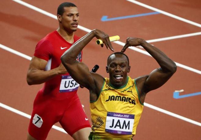 Ma poco dopo, tagliato il traguardo della 4x100, il giamaicano ha restituito l'omaggio: mimando la M di Mo (Reuters/Gray)