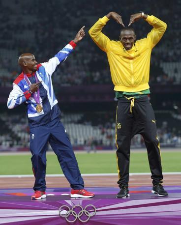 La gag finale è l'inversione dei ruoli: Farah mima la saetta, Bolt il «MoBot» (Reuters/Keogh)