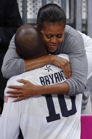Michelle Obama non si è persa l'esordio vincente contro la Francia della nazionale Usa di basket. Al termine della gara, l'abbraccio con alcuni giocatori: qui con Kobe Bryant  (Reuters/MacGregor)