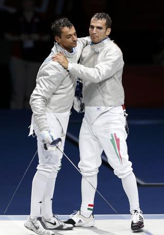 L'abbraccio al termine della finale: Occhiuzzi è medaglia d'argento (Reuters)