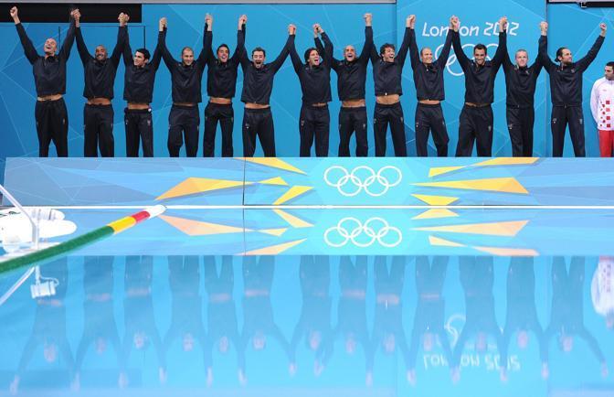 I giocatori dell'Italia di pallanuoto, entusiasti per l'argento olimpico (Ansa)