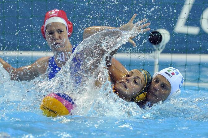 Un contrasto non troppo morbido in occasione di Italia-Australia, per la cronaca, vittoria delle australiane, criticate per il gioco violento a fine gara, per 10-8 (Lapresse)