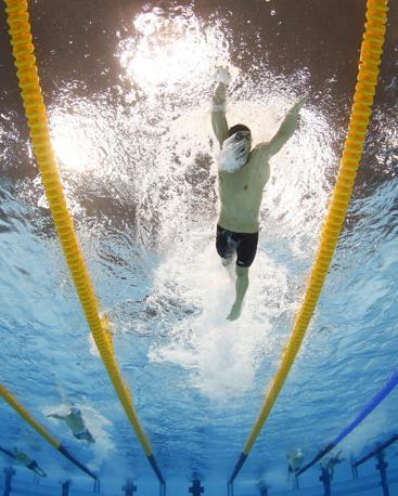 Michael Phelps nuota nell'ultima frazione della 4 x200 stile libero, sta per compiersi un'impresa
