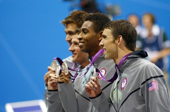 Michael Phelps, Adrian Nathan, Ryan Lochte e Cullen Jones  medaglia d'argento dopo la  staffetta (Usa Today)