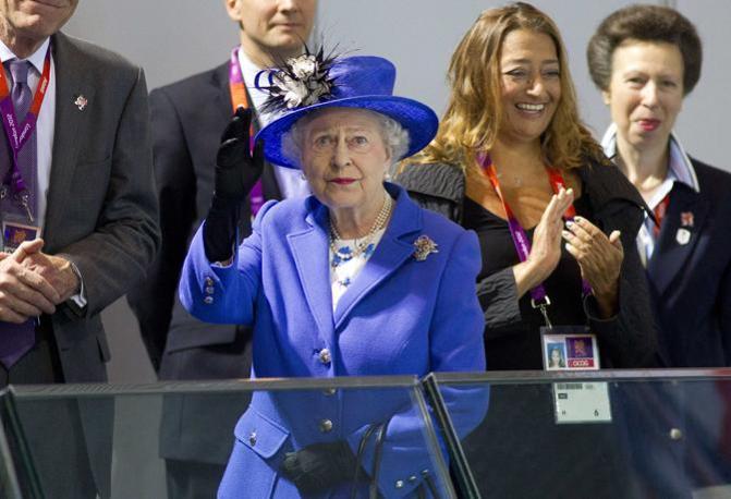 Visite eccellenti alle gare di nuoto. Al mattino di sabato, perfettamente in tinta con l'acqua, ecco la regina Elisabetta (Reuters/Hall)