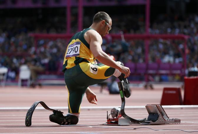 Una prima volta storica ai Giochi di Londra: il sudafricano Pistorius, atleta che gareggia con protesi in carboinio alle gambe, è il primo a rompere la barriera tra Olimpiade e Parolimpiade. Disputa la batteria dei 400 metri e riesce a qualificarsi per la semifinale. Ecco la fotocronaca dell'evento (Reuters)