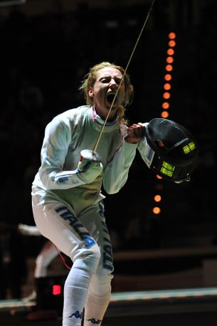 Valentina Vezzali sarà la portabandiera azzurra. Nella foto l'esultanza per la vittoria nel fioretto individuale ai Mondiali di Catania dell'ottobre 2011. Vezzali d'oro, Elisa Di Francisca d'argento (Epa/Foldi)