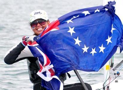 Helema Williams, 20 anni, sesta di sette fratelli, è l'orgogliosa portabandiera delle Isole Cook, forti di una delegazione di otto atleti (da Facebook)