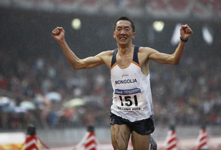 """Ser-Od """"Ziggy"""" Bat-Ochir, classe 1981, è il maratoneta della Mongolia che a Londra correrà la sua terza Olimpiade. Sul tracciato della maratona inglese già una volta è arrivato nella top ten. Ora capitanerà una squadra di 4 elementi (da Facebook)"""