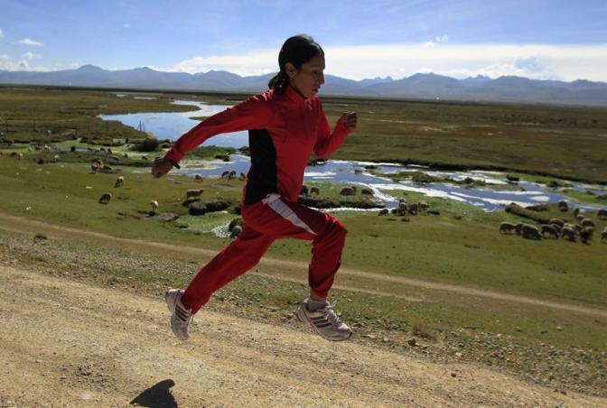 Gladys Tejeda, stella del Perù, si allena sulle Ande e corre ogni giorno 20 km in alta quota (da Twitter)