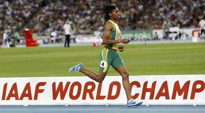 Caster Semenya, vicecampionessa mondiale degli 800 metri, sarà la portabandiera del Sud Africa.  Nel 2009 a Berlino aveva vinto l'oro sulla distanza, ma la Iaaf e diverse avversarie, sospettando a causa della sua mascolinità che potesse essere un uomo sotto mentite spoglie, chiesero che si sottoponesse a un test di genere. Dopo più di otto mesi sia la Federazione internazionale che quella sudafricana (sasoc) le hanno dato il via libera per tornare a gareggiare tra le donne. Ora rappresenterà il suo paese (Reuters/Kyung-Hoon)