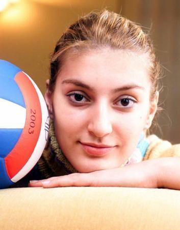 Neslihan Demir Darnel, dalla Turchia, è una pallavolista e una mamma felice. Con la nazionale ha vinto il bronzo al campionato europeo 2011 ed al World Grand Prix 2012 (da Facebook)