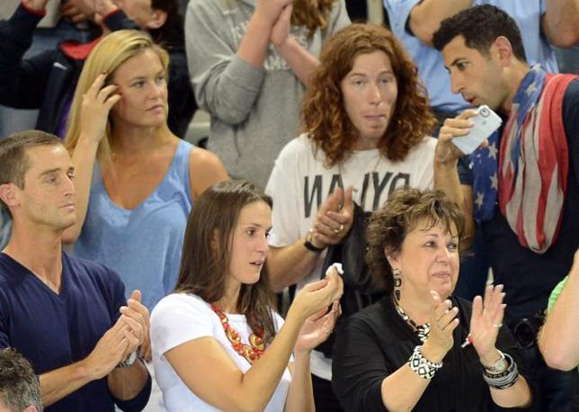 Invitata dalla famiglia Phelps, la top model è arrivata allo stadio del nuoto con il nuovo fidanzato Shaun White che è a sua volta un atleta (Afp)