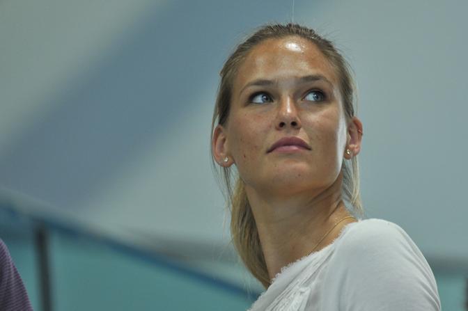 La modella israeliana, Bar Refaeli,sugli spalti dell'Aquatic center di Londra assiste alle gare di nuoto (LaPresse)