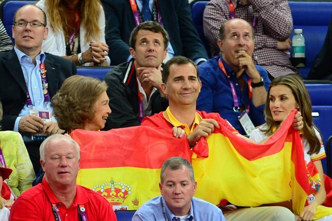 La regina Sofia, con Felipe e la moglie Letizia, sventolano la bandiera spagnola come normali tifosi (Afp)