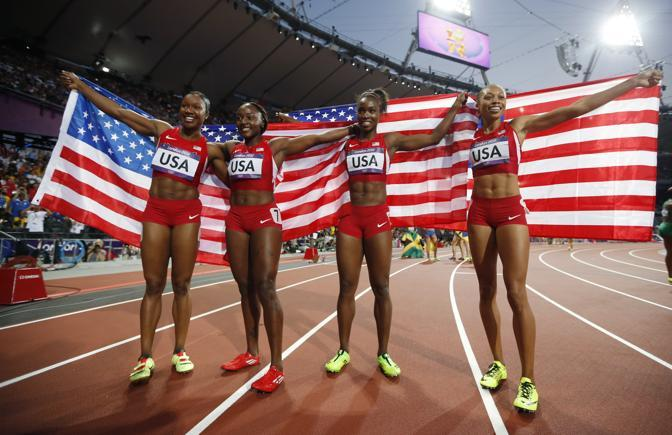"""Le quattro del record. Oro e record mondiale nella 4x100.  Il quartetto Usa ha chiuso il giro di pista in 40""""82: il primato precedente apparteneva alla Germania Est (41""""37) e resisteva dal 1985. (Ap/Dunham)"""