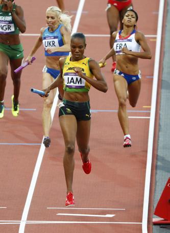 La jamaicana Rosemarie Whyte chiude la gara portando l'argento alla sua squadra. (Reuters/Gray)
