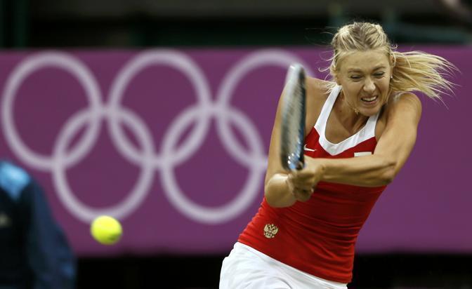 Un rovescio bimane della Sharapova nel singolare contro l'israeliana Peer (Reuters)