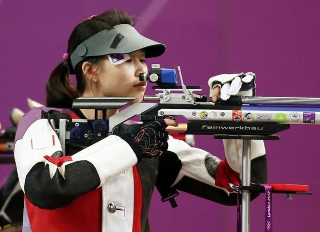 È la cinese Yi Siling la prima medaglia d'oro dei Giochi olimpici di Londra. Ha trionfato nella carabina  10 metri donne davanti alla polacca Sylwia Bogacka e alla connazionale  Dan Yu (Reuters)