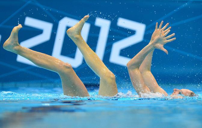 La russe Svetlana Romashina e Natalia Ishchenko durante il doppio di nuoto sincronizzato  in testa nella classifica.  (Afp/Coffrini)