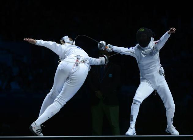 Semifinale della spada femminile fra la tedesca Britta Heidemann (a sinistra) e la sudcoreana Shin A Lam: all'ultimo secondo la Heidemann piazza il colpo decisivo (Hanewinckel)
