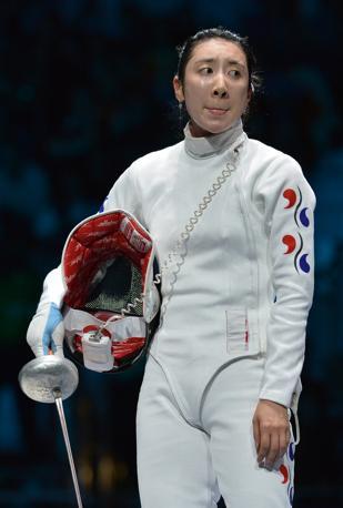 Le lacrime di Shin A Lam: per la sudcoreana i giudici hanno sbagliato a tenere fermo il cronometro nei due doppi colpi che le spadiste si erano scambiati in precedenza a un secondo dal termine (Afp/Pizzoli)