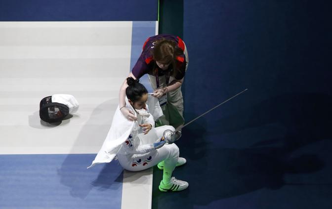 Una volontaria dell'organizzazione le copre le spalle con un asciugamano (Reuters/Bensch)