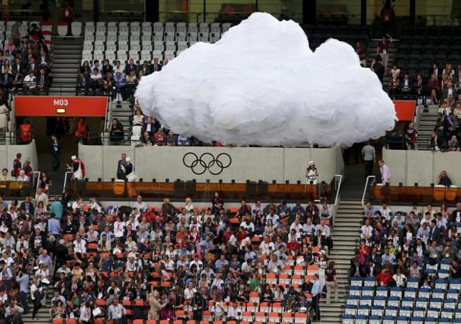 Una nuvola artificiale sul tetto dello stadio apre la cerimonia (Reuters)