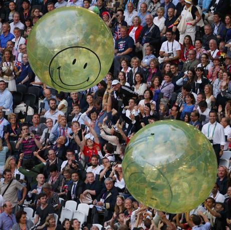 Gli spettatori presenti all'interno dello stadio spingono i palloni gonfiabili all'interno della struttura (Reuters)