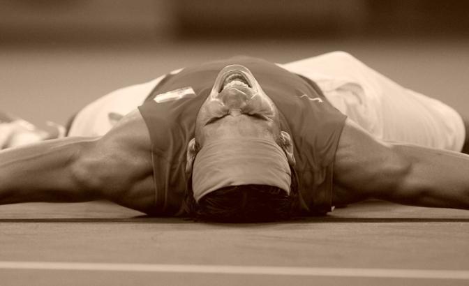 Rafa Nadal aveva già vinto tutto, ma i Giochi sono qualcosa di unico anche per i grandi del tennis. Ecco lo spagnolo a terra mentre urla la propria gioia dopo aver battuto nella finale olimpica Fernando Gonzales (Reuters)